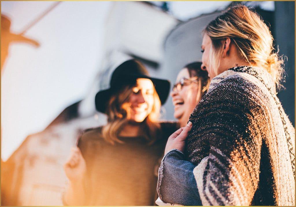 lachende vrouwen in zonlicht die gelukkig zijn